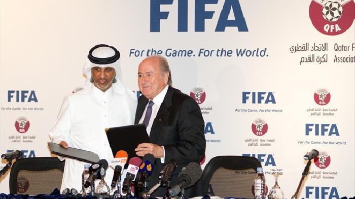 Blatter en Khalifa Al Thani ondertekenen de overeenkomst voor de organisatie van het WK 2022 door Qatar