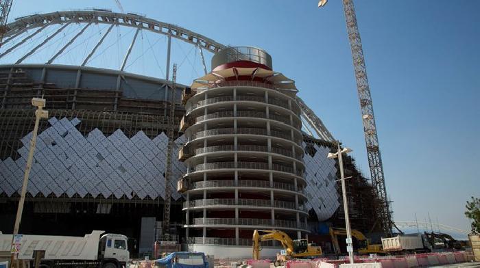 Het Khalifa International Stadion heeft een dak voor schaduw en zonlicht